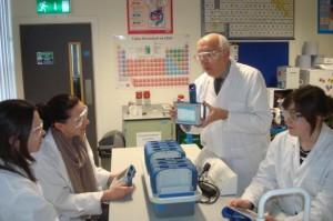 Figura 1: John Lucey demonstrando a utilização de registro de dados na promoção IBSE num laboratório de um Programa de Formação Contínua para professores PROFILES. © UCC